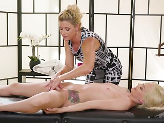 India Summer strips increased by massages the shaved pussy of Elsa Jean