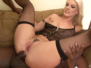 Vicktoria Redd enjoys double penetration with her Negro comrades
