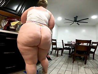 Meaty Backside Cleaning Damsel
